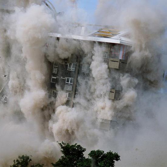 Budynek wtrakcie burzenia